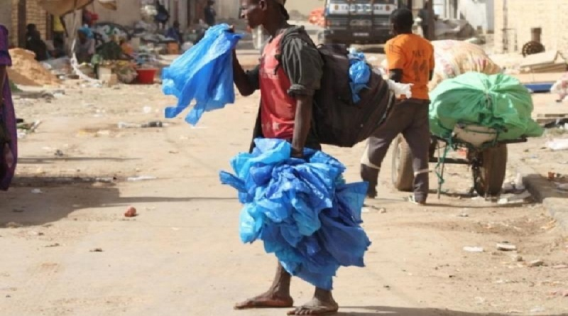 Déchets plastiques : Les vendeurs et les usagers inquiets, le ministère maintient